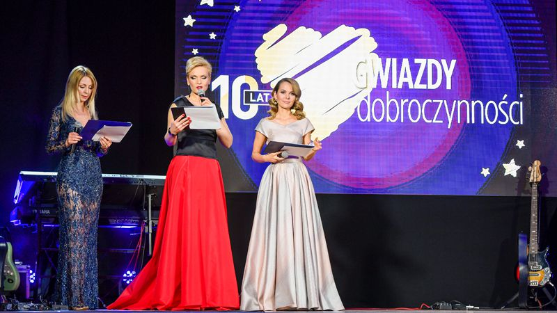 Laureaci 10. plebiscytu Gwiazdy dobroczynności ze statuetkami Apart